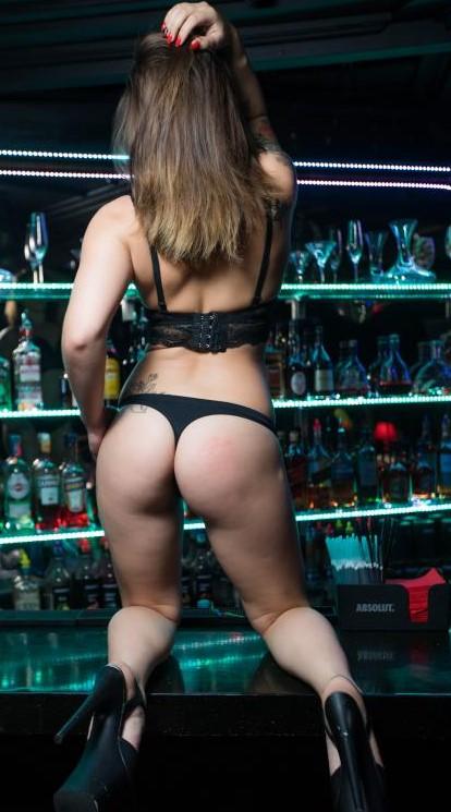 Стриптизерша у бара