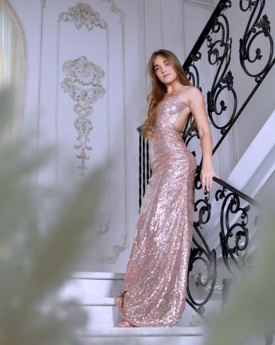 Фотография эскортессы в шикарном платье в пол