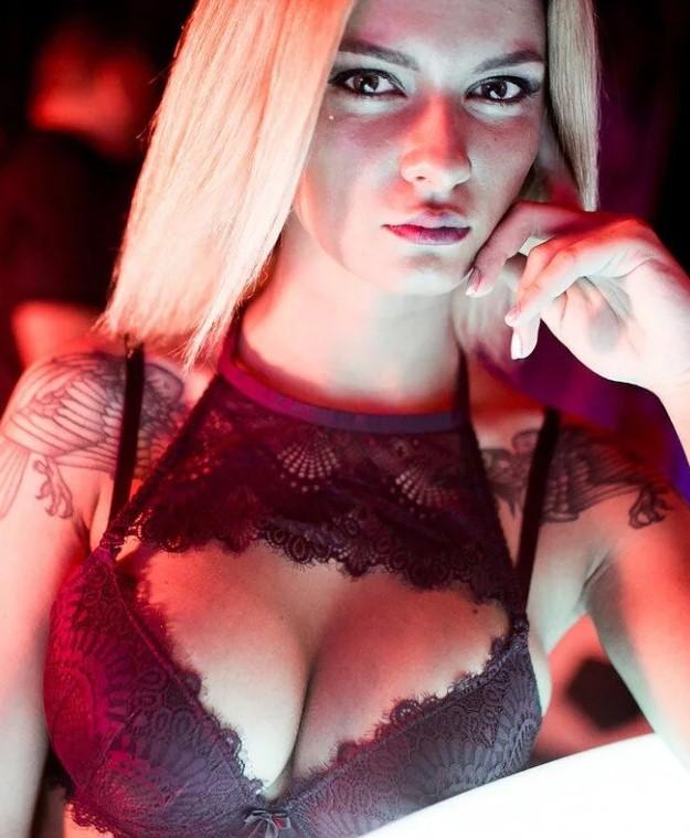 Стриптизерша в ночном клубе