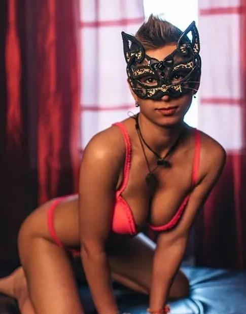 Массажистка в маске