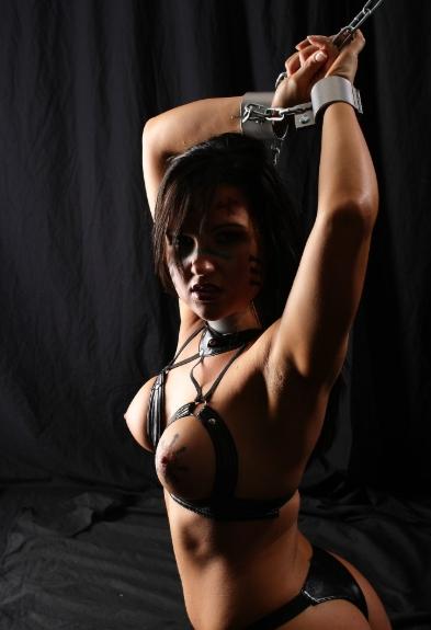 Проститутка в наручниках
