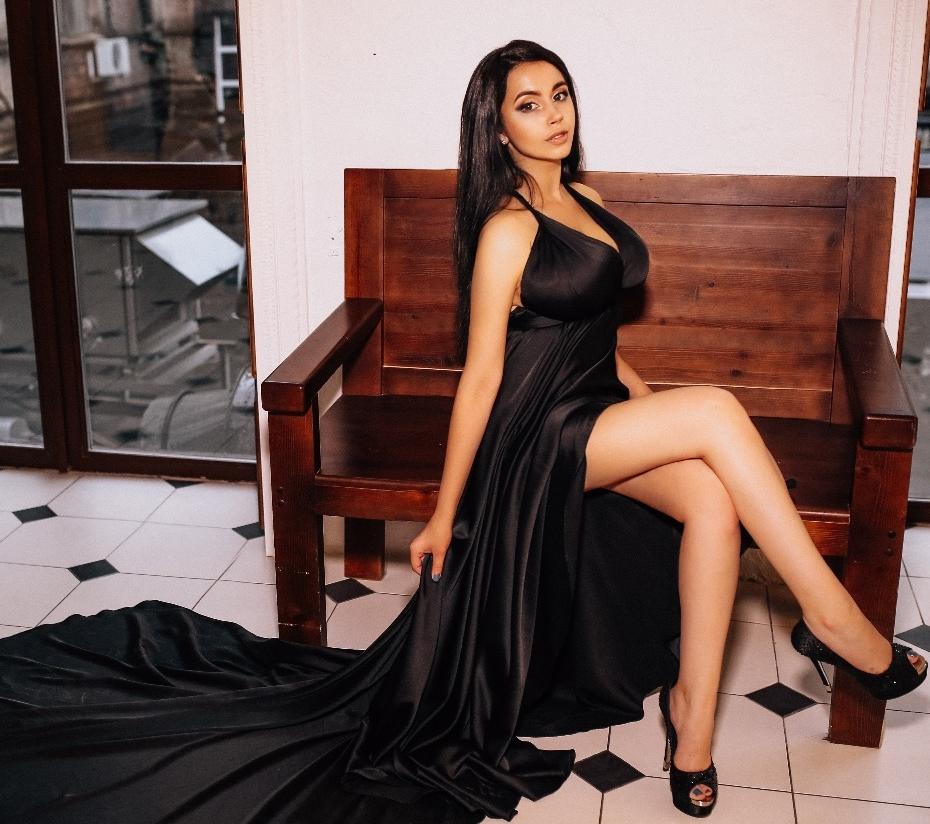 эскортница в черном платье