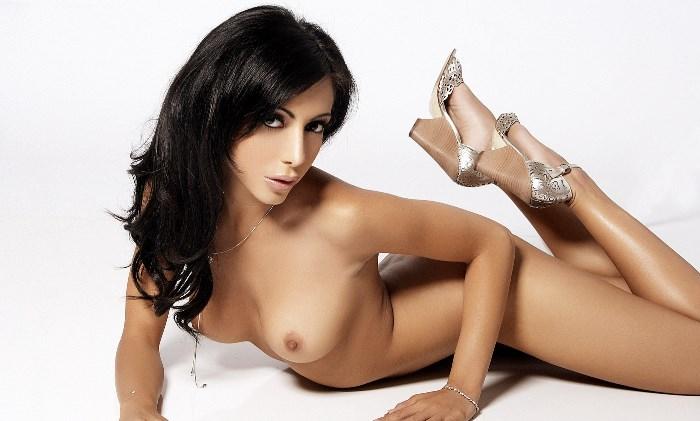 Стройная проститутка брюнетка
