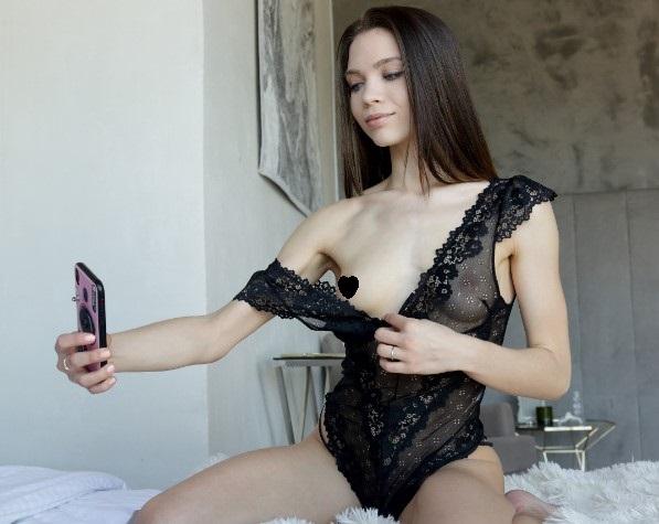 Веб-модель показывает грудь