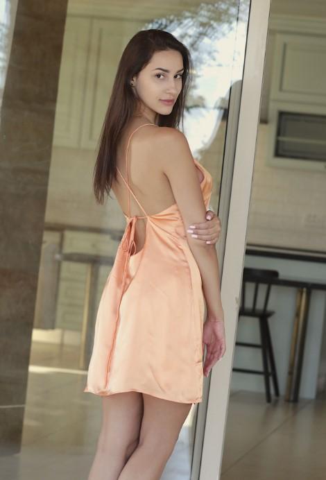 Молодая эскортница в платье