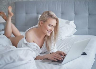Веб-модель блондинка