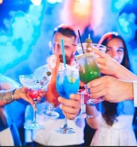 Напитки в руках консуматорши и мужчин