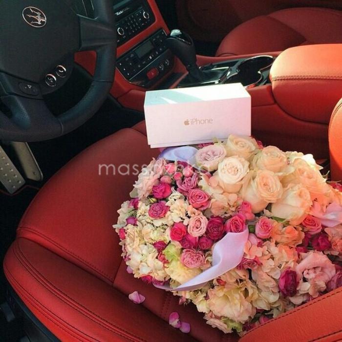 Девушка в подарках и цветах 12