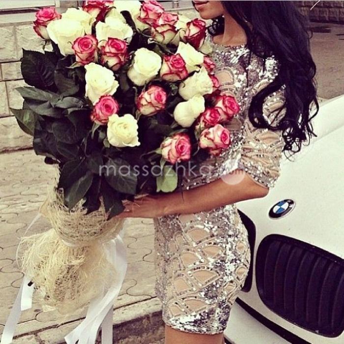 Фото девушки с букетом цветов со спины